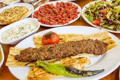 Традиционная очень вкусная турецкая еда; Adana Kebab, зажаренное мясо стоковое изображение