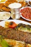 Традиционная очень вкусная турецкая еда; Adana Kebab, зажаренное мясо стоковые изображения rf