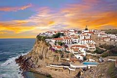 Традиционная португальская деревня Azenhas De mar на скале в Португалии Стоковое фото RF