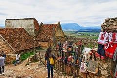 Традиционная румынская цитадель Трансильвания Румыния Râşnov сувениров вышивки стоковая фотография rf
