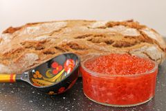 Традиционная русская еда - красная икра Деревянная ложка покрашенная в традиционном стиле Khokhloma Стоковые Изображения RF