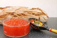 Традиционная русская еда - красная икра Деревянная ложка покрашенная в традиционном стиле Khokhloma Стоковые Фотографии RF