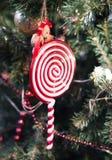 Традиционная смертная казнь через повешение тросточки конфеты на рождественской елке Стоковые Фотографии RF