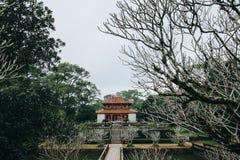 традиционная старая восточная архитектура в красивом парке, стоковая фотография