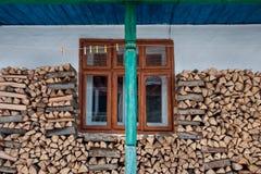 Традиционная стена сельского дома украшенная с швырком, зеленым штендером и веревкой для белья стоковые изображения