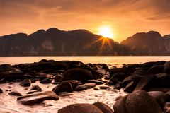 Традиционная тайская длинная шлюпка перед Phi Leh Phi на заходе солнца, Phi Phi Koh острова Phi Phi, Таиланде стоковая фотография