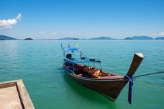 Традиционная тайская шлюпка в воде Стоковое Изображение RF