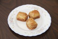Традиционная турецкая бахлава сладости слойки с гайками на белой плите стоковое фото rf