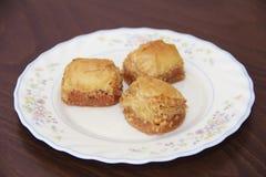 Традиционная турецкая бахлава сладости слойки с гайками на белой плите стоковое изображение rf