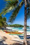 Традиционная филиппинская шлюпка двух-аутриггера, известная как bangka, banca и paraw, на древнем пляже с белым песком стоковая фотография