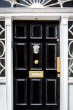 Традиционная черная входная дверь с декоративной коробкой письма в Дублине Ирландии стоковые изображения rf