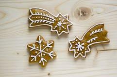 Традиционная чехословакская вкусная белизна покрасила коричневые пряники, кометы рождества и звезды на деревянном столе Стоковое Изображение