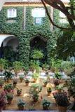 Традиционное андалузское патио Севильи в Андалусии, Испании стоковое фото rf
