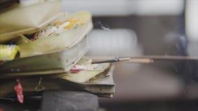 Традиционное балийское сари canang предложений к богам в Бали с цветками, малыми лист ладони, деньгами и ароматичными ручками, вн акции видеоматериалы