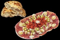 Традиционное гарнированное смачное блюдо закуски при активизированный хлебец сорванный Flatbread изолированный на черной предпосы стоковое фото rf