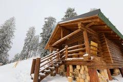 Традиционное деревянное высокогорное шале на наклоне горы против леса стоковое фото rf