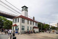 Традиционное здание в пристани DUMBO стоковое изображение