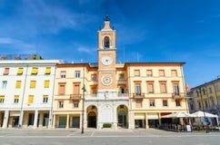 Традиционное здание с часами и колокольня на аркаде Tre Martiri 3 мученика придают квадратную форму в старом историческом центре  стоковые изображения