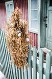 Традиционное зерно рождества для птиц перед старым h Стоковые Фотографии RF