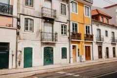 традиционное зодчества европейское Красивые старые дома на улице в Лиссабоне в Португалии стоковые изображения