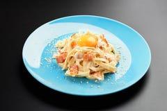 Традиционное итальянское блюдо макаронных изделий, желток carbonara спагетти, сыр пармезан, меню предпосылки черноты плиты бекона стоковое фото rf