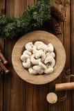 Традиционное немецкое vanillekipferl печенья рождества Серпообразные печенья в сахаре замороженности в плите древесины дуба на де стоковое изображение