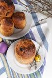 Традиционное правоверное kulich еды пасхи христианина с изюминками Стоковая Фотография RF