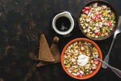 Традиционное русское okroshka еды с хлебом кваса и рож на темной предпосылке Взгляд сверху, космос экземпляра стоковые фото