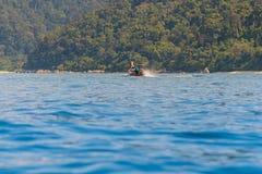 Традиционное тайское плавание шлюпки на морской воде Стоковые Фотографии RF