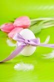 Традиционное украшение пасхального яйца с тюльпанами и тесемкой Стоковые Изображения