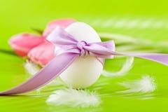 Традиционное украшение пасхального яйца с тюльпанами и тесемкой Стоковое фото RF