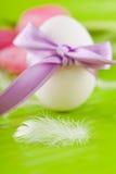 Традиционное украшение пасхального яйца с тюльпанами и тесемкой Стоковая Фотография