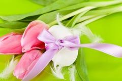 Традиционное украшение пасхального яйца с тюльпанами и тесемкой Стоковое Фото