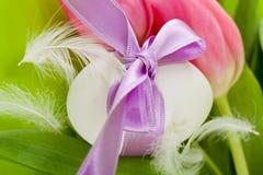 Традиционное украшение пасхального яйца с тюльпанами и тесемкой Стоковое Изображение