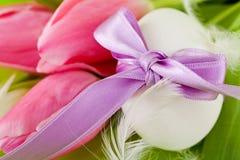 Традиционное украшение пасхального яйца с тюльпанами и тесемкой Стоковые Фото
