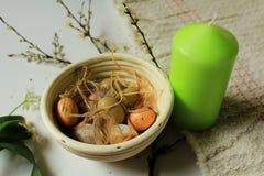 Традиционное украшение пасхи - весна пришл - праздник - свеча, яичка и цветки стоковые фото