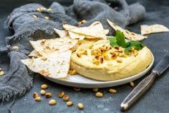 Традиционное hummus с гайками сосны и хлебом питы стоковые изображения rf
