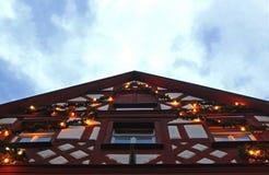 Традиционной дом timbered половиной с гирляндами рождества стоковые фотографии rf