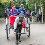 Традиционной японской рикша вытягиванная рукой в Arashiyama Стоковая Фотография