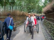 Традиционной японской рикша вытягиванная рукой в Arashiyama Стоковое фото RF