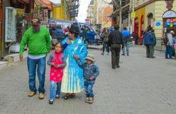 Традиционно одетые латино-американские женщины в городе Стоковое Фото