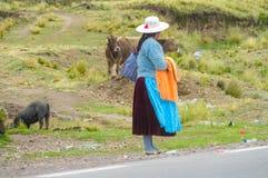 Традиционно одетые латино-американские женщины в городе Стоковое фото RF