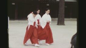 Традиционно одетые японские женщины идя мимо видеоматериал