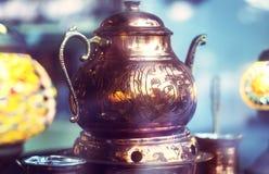 Традиционно орнаментированный латунный бак кофе стоковые фото