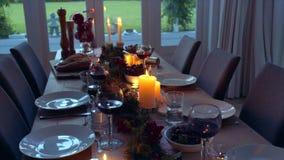 Традиционно украшенная таблица рождества дома сток-видео