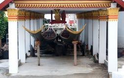 Традиционно украшенные длинные каное Стоковая Фотография