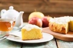 Традиционные английские языки испекут с яблоками и взбитыми служат сливк, который wi Стоковые Фотографии RF