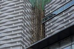 Традиционные бамбуковые леса с современными зданиями в Гонконге стоковая фотография