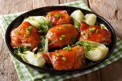 Традиционные бедренные кости жареной курицы с bok choy, имбирем, чесноком a Стоковые Фото
