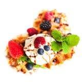 Традиционные бельгийские waffles с свежими фруктами, мороженым и автомобилем Стоковые Изображения